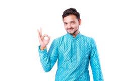 Indischer Mann in der ethnischen Abnutzung, Geste mit der Hand zeigend, lokalisiert über weißem Hintergrund stockbilder