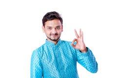 Indischer Mann in der ethnischen Abnutzung, Geste mit der Hand zeigend, lokalisiert über weißem Hintergrund lizenzfreie stockfotos