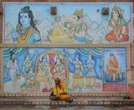 Indischer Mann, der am ghat in Varanasi sitzt Lizenzfreie Stockbilder