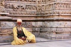 Indischer Mann, der an Jagdish-Tempel, Udaipur, Indien sitzt Lizenzfreie Stockfotos