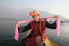 Indischer Mann, der zum Volkslied mit rosafarbenem Schal tanzt Stockfotos