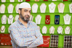 Indischer Mann des kleinen Ladenbesitzers an seinem Andenkenspeicher Lizenzfreie Stockfotografie