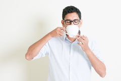 Indischer Mann des zufälligen Geschäfts trinkt Kaffee Lizenzfreies Stockbild