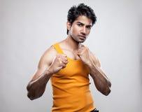 Indischer Mann vorbereitet zu kämpfen Lizenzfreie Stockfotos