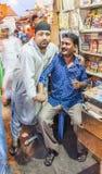 Indischer Mannverkauf des kleinen Ladenbesitzers Stockfotos