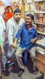 Indischer Mannverkauf des kleinen Ladenbesitzers Stockbild