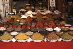 Indischer Markt-Strömungsabriß, der Muttern und Gewürze verkauft Stockbild