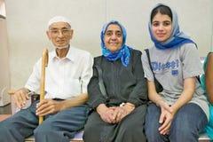 Indischer moslemischer Mann und Frau mit Schal in südafrikanischem Flughafen Durbans mit ihrer moslemischen Enkelin lizenzfreie stockfotos