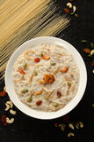 Indischer süßer Pudding Kheer des Spitzenansichtsüdens in einer weißen Schüssel in einem dunklen hölzernen Hintergrund Lizenzfreies Stockfoto