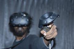 Indischer schauender Mann unter Verwendung VR-Technologie lizenzfreie stockbilder