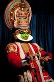 Indischer Schauspieler, der traditionellen Tanz Kathakali durchführt FEBRUAR: Indischer Mann, Kalaripayattu-Meister, der traditio Stockbild