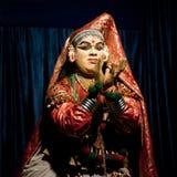 Indischer Schauspieler, der traditionellen Tanz Kathakali durchführt FEBRUAR: Indischer Mann, Kalaripayattu-Meister, der traditio Stockbilder