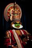 Indischer Schauspieler, der traditionellen Tanz Kathakali durchführt FEBRUAR: Indischer Mann, Kalaripayattu-Meister, der traditio Lizenzfreies Stockfoto