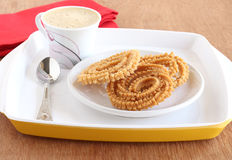 Indischer Snack Chakli mit Kaffee Lizenzfreie Stockbilder