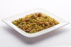 Indischer Snack in der weißen Platte lokalisiert. Lizenzfreie Stockfotografie