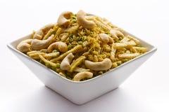 Indischer Snack in der weißen Schüssel lokalisiert. Stockfoto