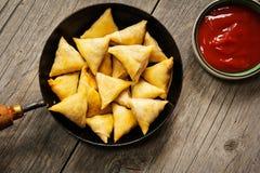 Indischer Snack Samosas in der Bratpfanne Lizenzfreie Stockfotografie