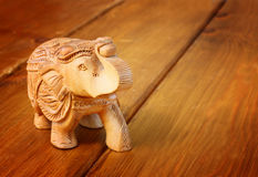 Indischer Statuettenelefant auf Holztisch Stockfotos