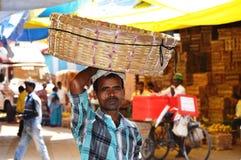 Indischer Straßen-Obstverkäufer