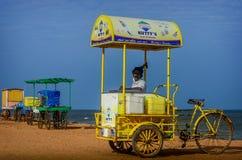 Indischer StraßenEiscremeverkäufer mit Warenkorb auf Strand Lizenzfreie Stockfotos