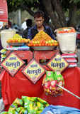 Indischer Straßenhändler der ungesunden Fertigkost Stockbild