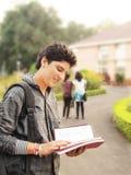 Indischer Student, der zum Campus geht. stockfoto