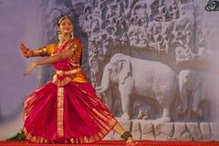 Indischer Tänzer führt traditionellen Tanz durch stockbilder