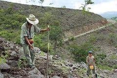 Indischer Vater und Sohn, die in der Subsistenzlandwirtschaft arbeitet Stockfoto