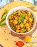 Indisches Art-Kartoffel-Curry-Vertikalen-Foto lizenzfreies stockbild