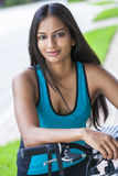 Indisches asiatisches junge Frauen-Mädchen-Eignungs-Radfahren Lizenzfreie Stockfotografie