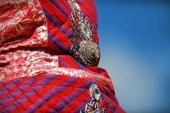 Indisches buntes Kleid mit Perlen und Kristallen am Kulturfestivalmarkt Lizenzfreies Stockfoto