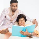 Indisches Familienlesebuch zusammen lizenzfreie stockbilder