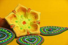 Indisches Festival Dussehra, grünes Blatt und Reis auf gelbem Hintergrund stockfotografie