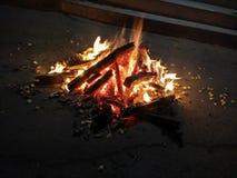 Indisches Festival Lohri feierte durch hölzernes Feuer des Blitzes Stockbilder