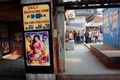Indisches Filmplakat u. showtimes nahe dem Kinoth Stockfotos