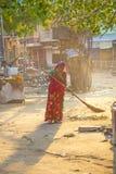 Indisches Frauen O fthe niedrigste Kaste reinigt den Marktplatz Lizenzfreie Stockfotografie