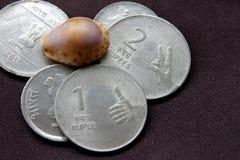 Indisches Geld für Geschäft und Spende - asphaltieren Sie Münzen Stockfoto