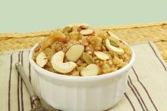 Indisches gujrati süßes gebrochenes süßes payasam Pudding des Weizens Lebensmittels lapsi pongal oder daliya sheera Stockfoto