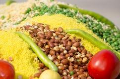 Indisches Küchelebensmittel auf Behälter Stockfotografie