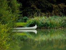 Indisches Kanu auf dem See Lizenzfreie Stockfotos