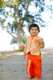 Indisches Kind auf traditioneller Abnutzung stockfotos