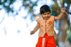 Indisches Kind auf traditioneller Abnutzung stockbilder