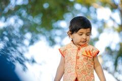 Indisches Kind auf traditioneller Abnutzung lizenzfreie stockfotografie
