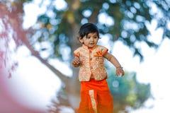 Indisches Kind auf traditioneller Abnutzung stockfoto