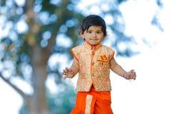 Indisches Kind auf traditioneller Abnutzung lizenzfreies stockfoto