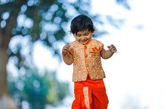 Indisches Kind auf traditioneller Abnutzung stockfotografie