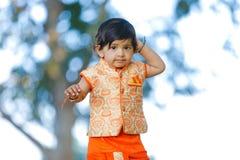 Indisches Kind auf traditioneller Abnutzung lizenzfreies stockbild