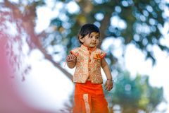 Indisches Kind auf traditioneller Abnutzung stockbild