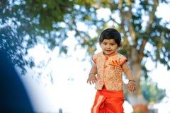 Indisches Kind auf traditioneller Abnutzung lizenzfreie stockbilder
