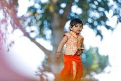Indisches Kind auf traditioneller Abnutzung lizenzfreie stockfotos